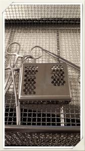 Paslanmaz çelik PCD yıkanacak cerrahi aletlerle birlikte traylere yerleştirilir.